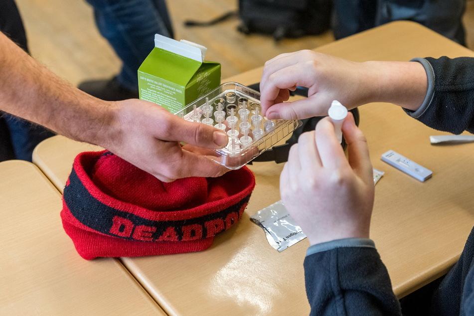 NRW führt eine Testpflicht für Schüler ein. Nach den Osterferien sollen die Kinder und Jugendlichen aller Schulen zwei Mal pro Woche Selbsttests durchführen.