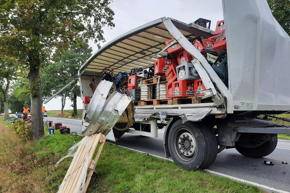 Der Laster schrammte an einem Baum entlang, riss sich die Fassade am Anhänger ab.