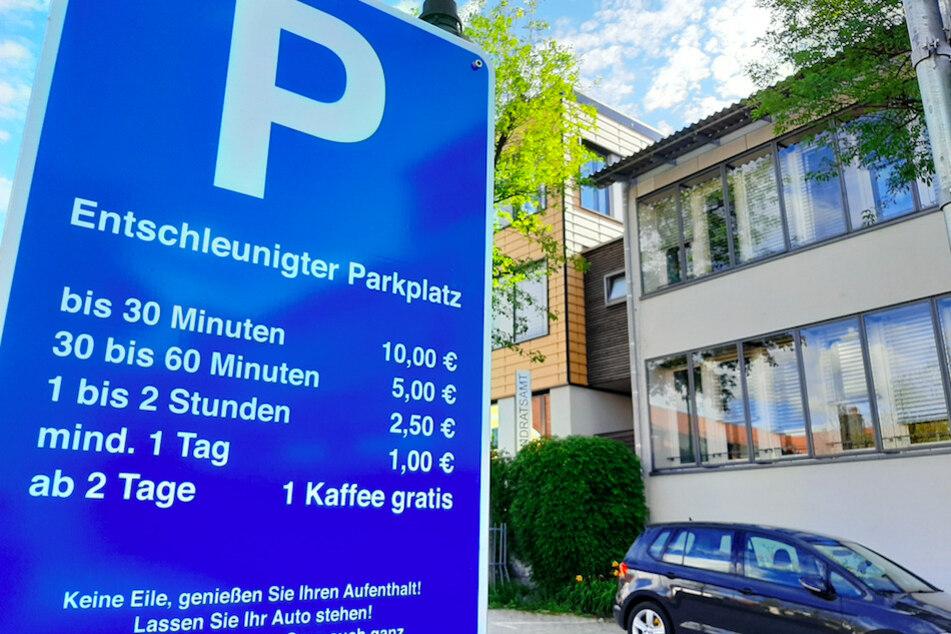 Ein Schild vor dem Landratsamt Ebersberg verspricht billigeres Parken, je länger ein Auto dort steht.