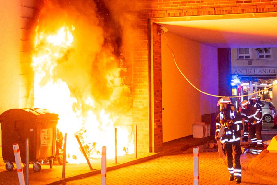 Brandstiftung? Feuerwehr rettet 26 Bewohner aus Wohnhaus