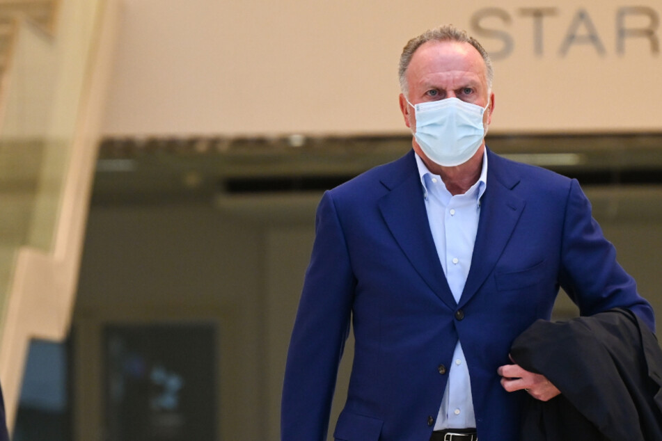 Karl-Heinz Rummenigge (65) am Flughafen Frankfurt: Hier trägt der Vorstandschef des FC Bayern den Mund-Nasen-Schutz korrekt. Im Stadion scheint er das jedoch nicht für nötig zu halten.