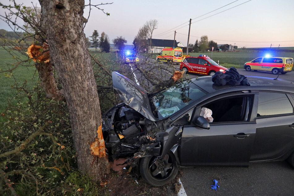Ein Opelfahrer krachte am Donnerstagmorgen in St. Egidien gegen einen Baum.