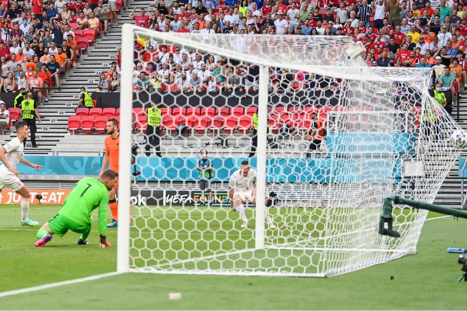 Bayer Leverkusens Torjäger Patrik Schick (l.) dreht nach seinem Treffer zum 2:0 zum Jubeln ab.