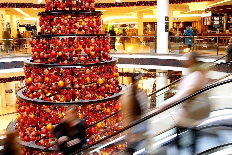 Nach den Kontaktbeschränkungen der Corona-Pandemie sind die Deutschen 2020 bei Weihnachtsgeschenken für ihre Lieben offensichtlich besonders großzügig.