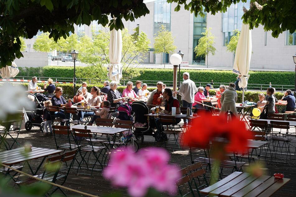 """Relativ gut besucht ist das Restaurant und der Biergarten """"Zollpackhof"""" am Bundeskanzleramt."""