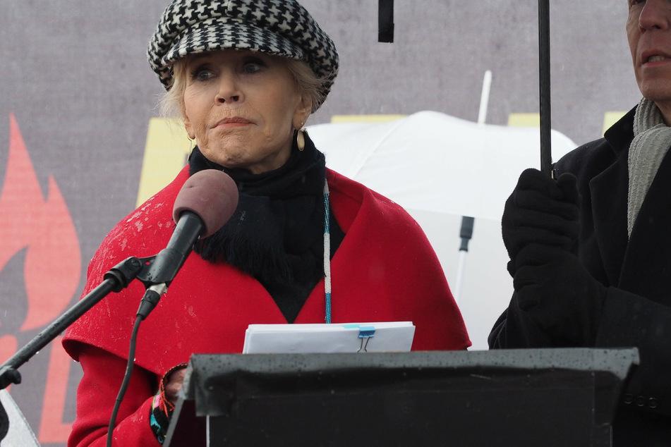 """Jane Fonda politisch: Sie sprach auf einem """"Fire Drill Fridays""""-Protest auf dem Rasen des US-Kapitols. Es ging um die Notwendigkeit eines gerechten Übergangs von einer Wirtschaft auf Basis fossiler Brennstoffe zu einer Wirtschaft, die auf sauberen, erneuerbaren Energiequellen fußt."""