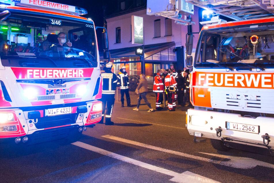Das Bild zeigt Einsatzfahrzeuge der Feuerwehr vor einer Shisha-Bar in Wiesbaden.
