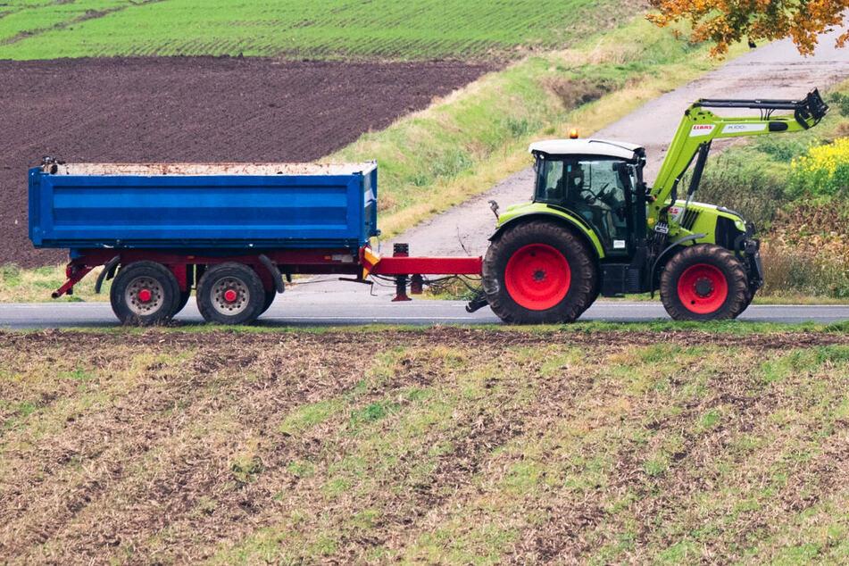 Fahranfänger kollidiert mit Traktor und kracht gegen Baum