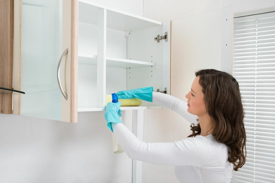 Nach einem Lebensmittelmotten-Befall sollten Vorratsschränke gründlich mit einem Wasser-Essig-Gemisch ausgewischt werden.