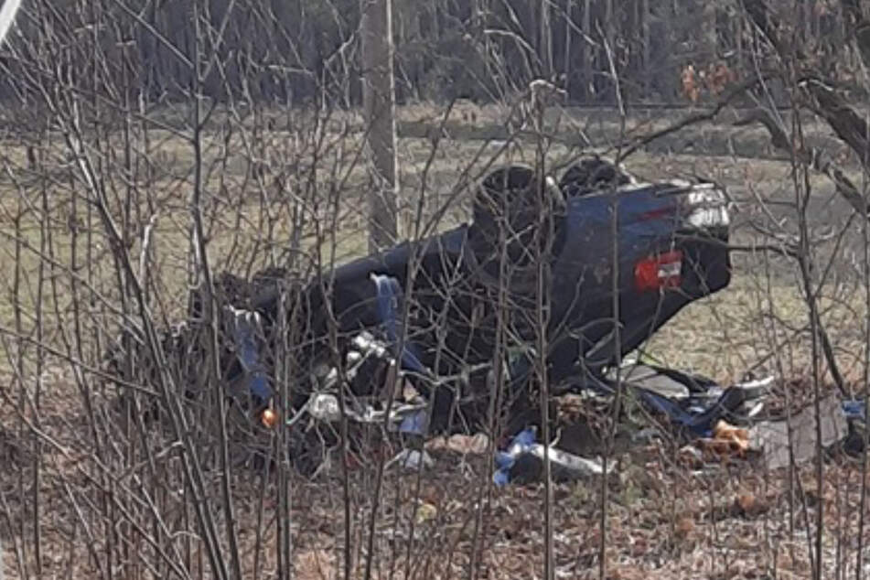 Auto kommt von Straße ab und überschlägt sich: Beide Insassen sterben