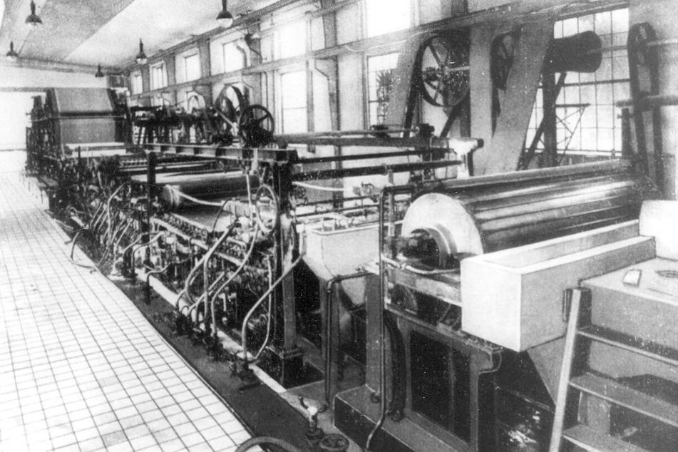 Seit Jahrzehnten laufen im Inneren der Fabrik schwere Maschinen.