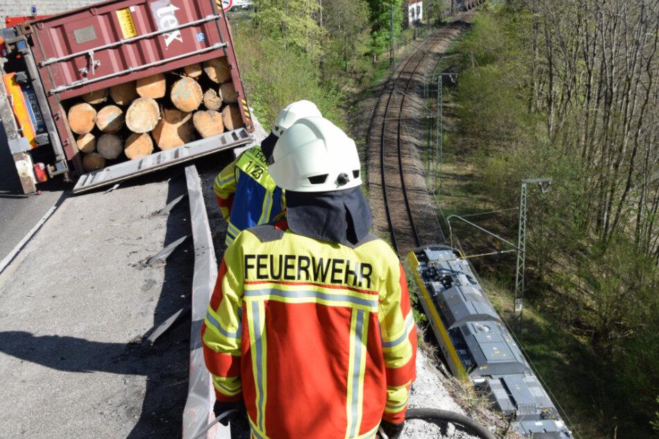 Baumstamm-Lkw reißt Stützmauer in die Tiefe: Zug kollidiert mit den Trümmern!