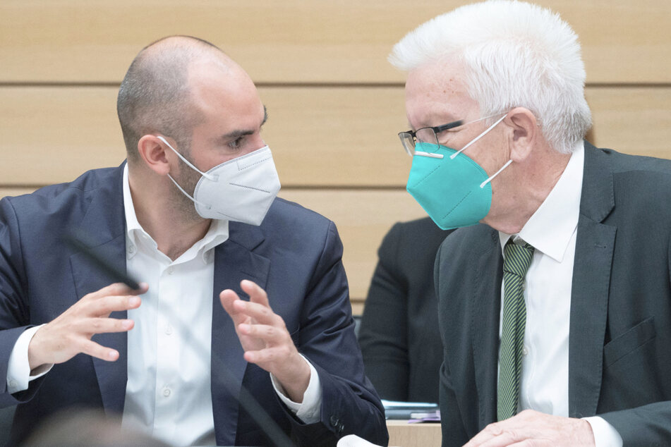 Baden-Württembergs Ministerpräsident Winfried Kretschmann (73, r.) und Finanzminister Danyal Bayaz (37, beide Grüne) stellen am Dienstagmittag den Medien die Pläne für den Haushalt 2022 vor.