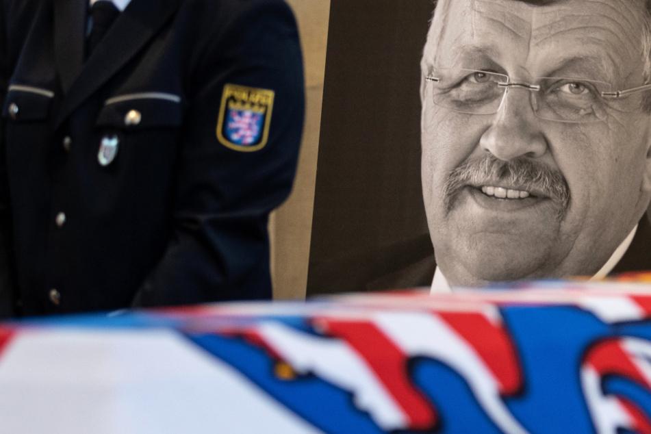 Das Konterfei von Walter Lübcke (CDU) ist am Sarg bei einem Trauergottesdienst im Juni 2019 zu sehen.
