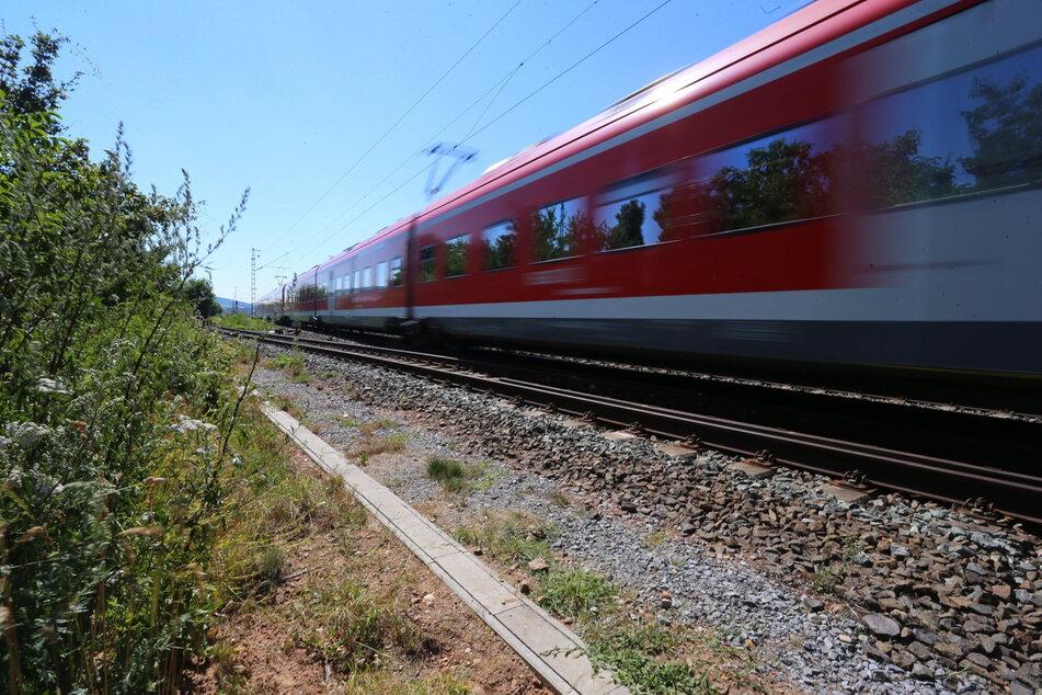 Zug rauscht über Betonteile auf Schienen: Bundespolizei stellt Jugendliche