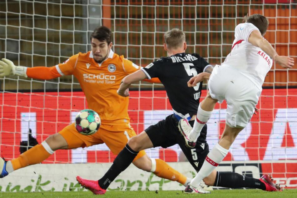Sasa Kalajdzic (r.) mit der Gelegenheit zur VfB-Führung, doch Stefan Ortega (l.) pariert.