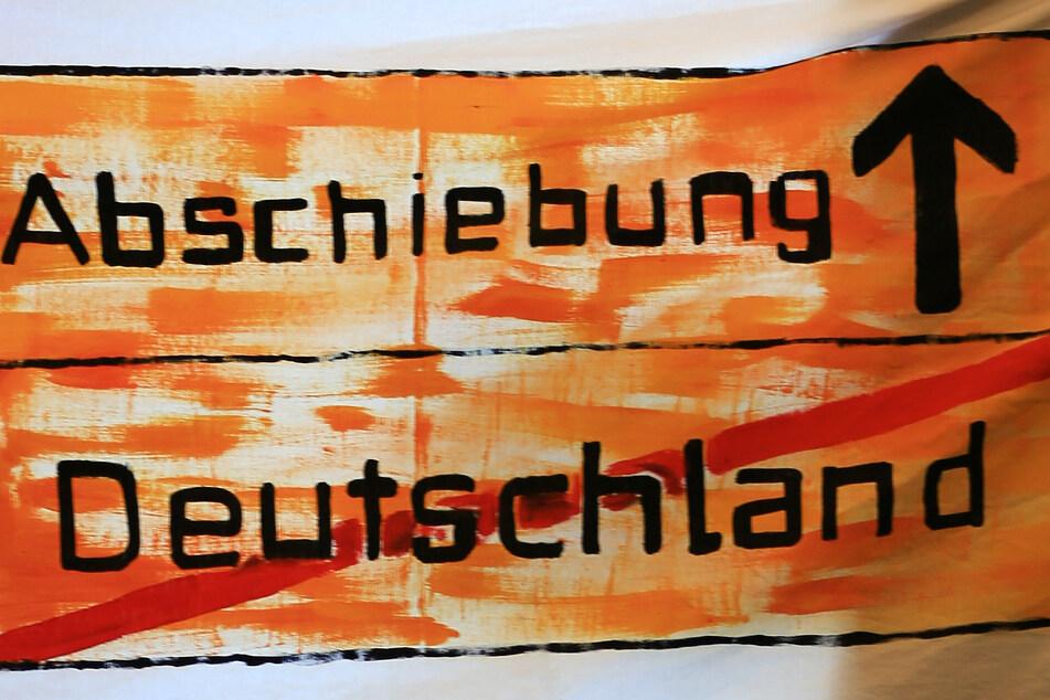 In Deutschland gibt es seit längerer Zeit Protestbewegungen gegen Abschiebungen - wie mit diesem Transparent.