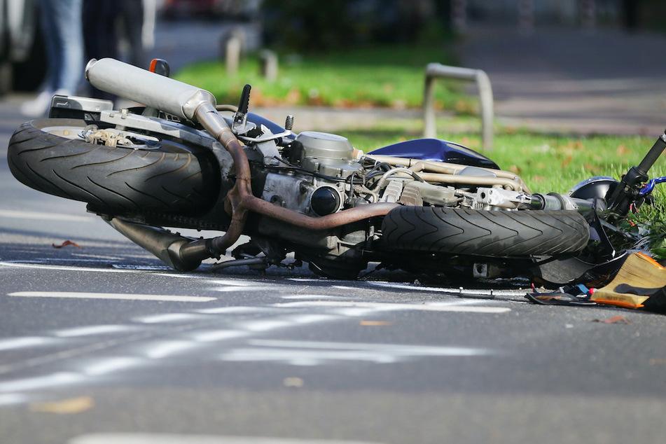 17-Jähriger stirbt bei Unfall: KTM-Maschine kommt von der Straße ab und kracht gegen Baum