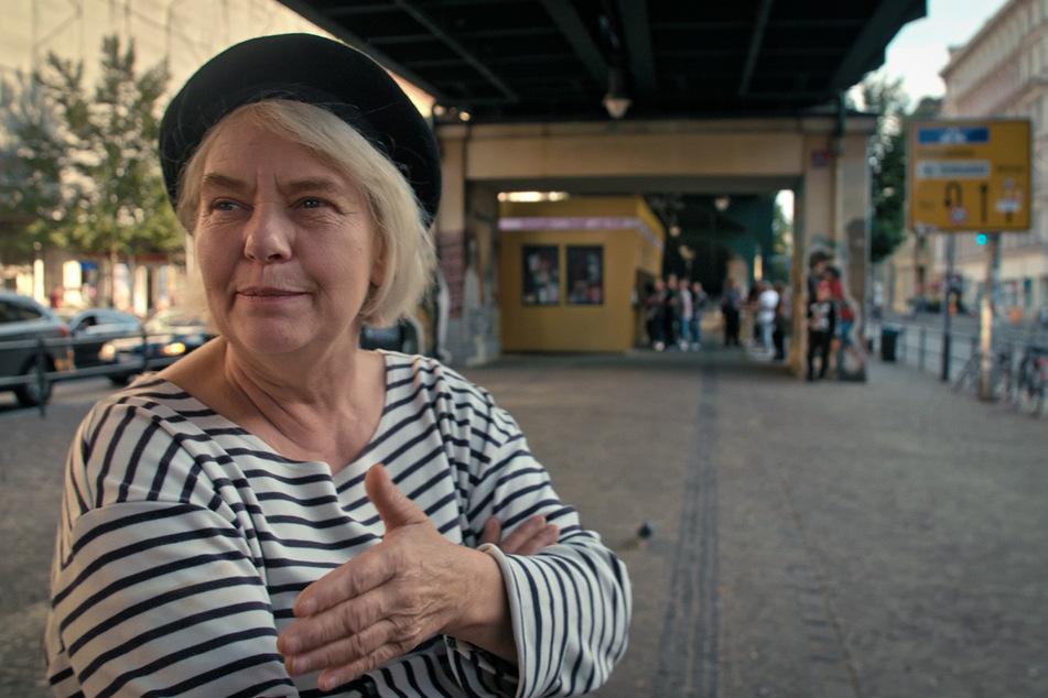 Christiane wurde 1953 in Ost-Berlin geboren und lebt immer noch in der Hauptstadt.