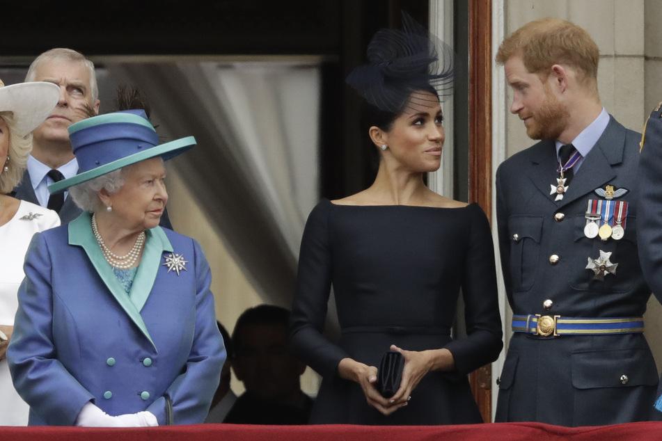 Bald wieder vereint? Queen Elisabeth II. (95, l.) neben Herzogin Meghan (39, M.) und Prinz Harry. (Archivbild)