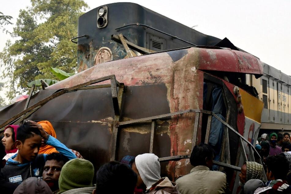 Zug rammt Bus: Mindestens zwölf Tote bei schlimmem Unglück