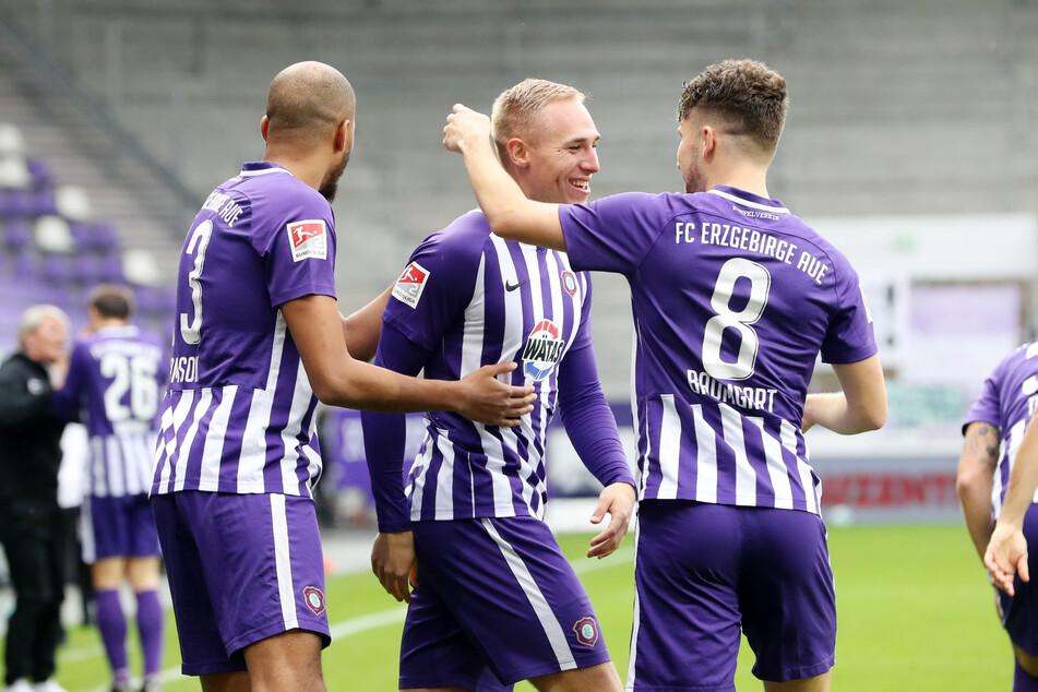 Florian Krüger (m.) trifft zum 1:0 und jubelt mit Louis Samson und Tom Baumgart (r.).
