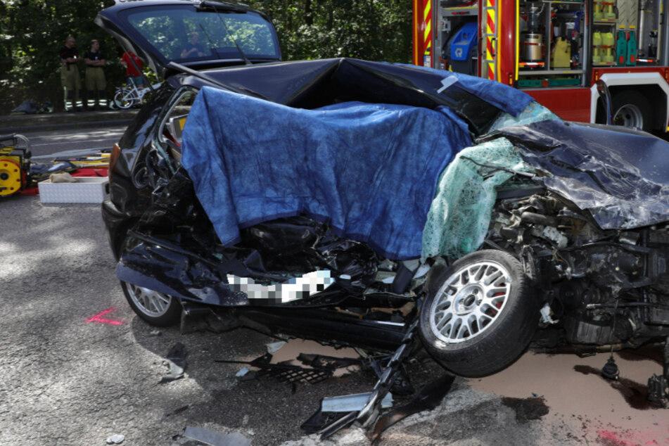 VW kollidiert mit Lastwagen: Beifahrerin stirbt bei schwerem Unfall in Dresden