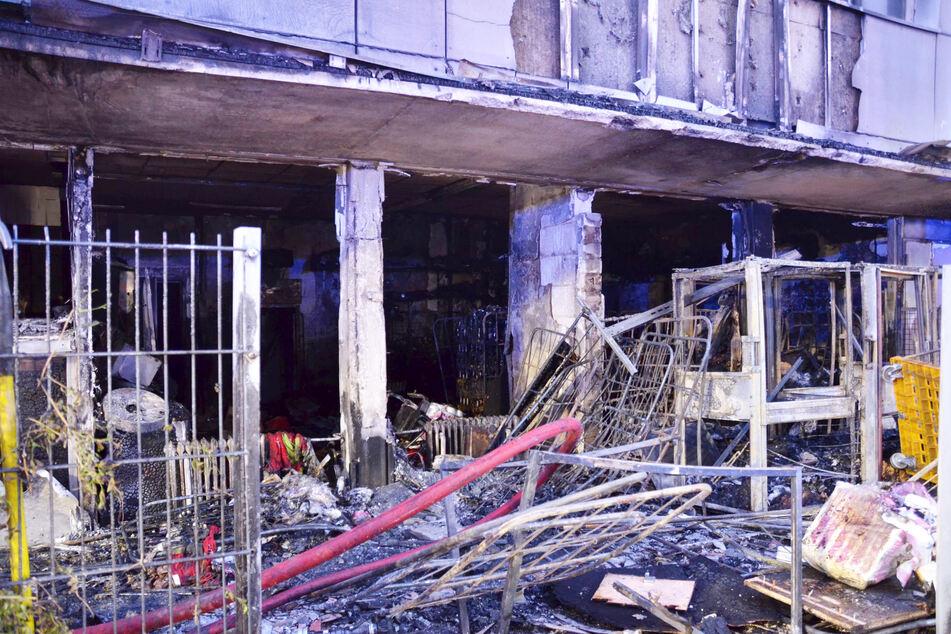 Frankfurt: Feuer bricht in Supermarkt-Lager aus und hinterlässt Spur der Verwüstung