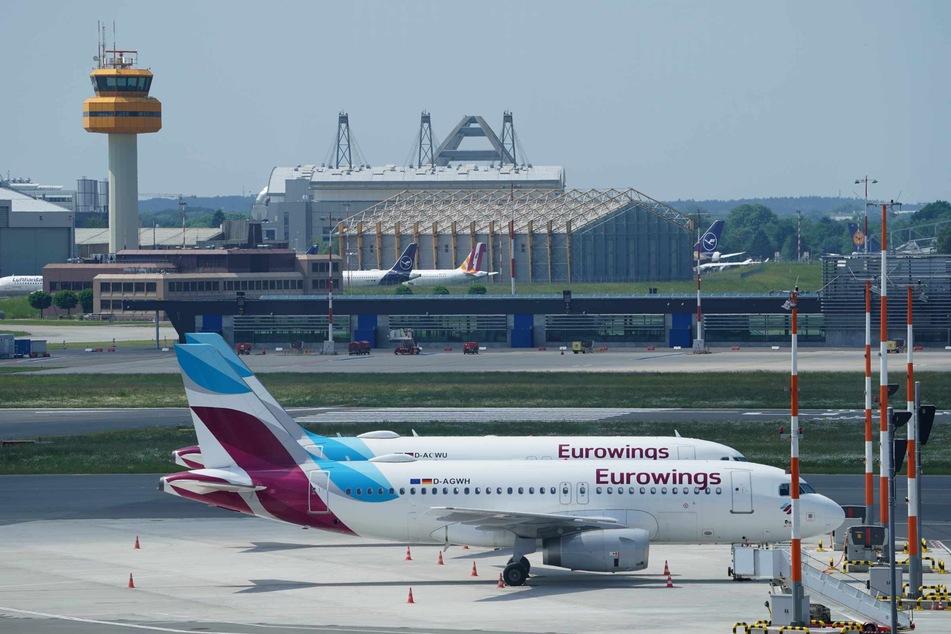 Passagierflugzeuge der Fluggesellschaft Eurowings stehen auf dem Vorfeld.