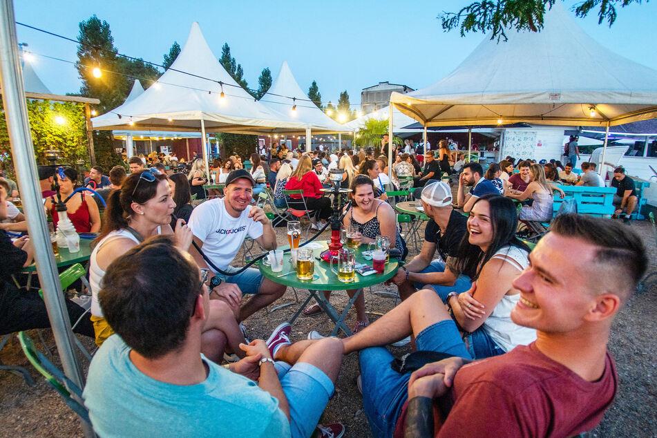 Der Uferstrand Chemnitz ist am Abend gut besucht. Mit ihrem Herbst-Plan will Sachsens Regierung dafür sorgen, dass auch die Gastronomie nicht noch einmal in den Lockdown muss.