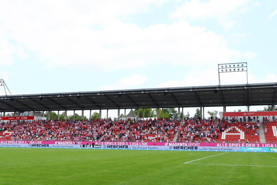 Auch wenn die Tribünen noch nicht vollbesetzt waren, machten die FSV-Fans in der GGZ-Arena richtig gut Stimmung.
