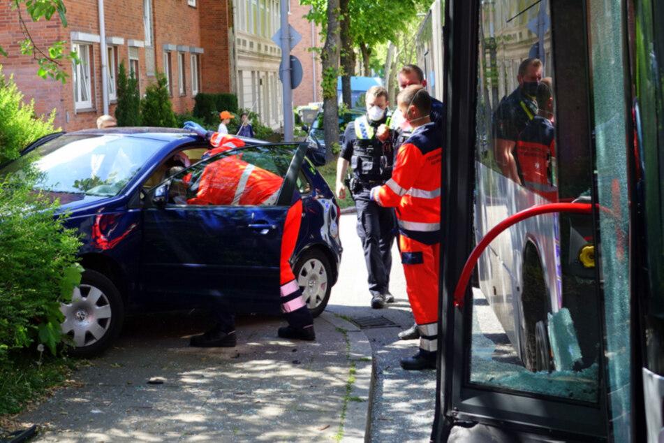 Crash mit Linienbus: Fahrerin rauscht in Gebüsch