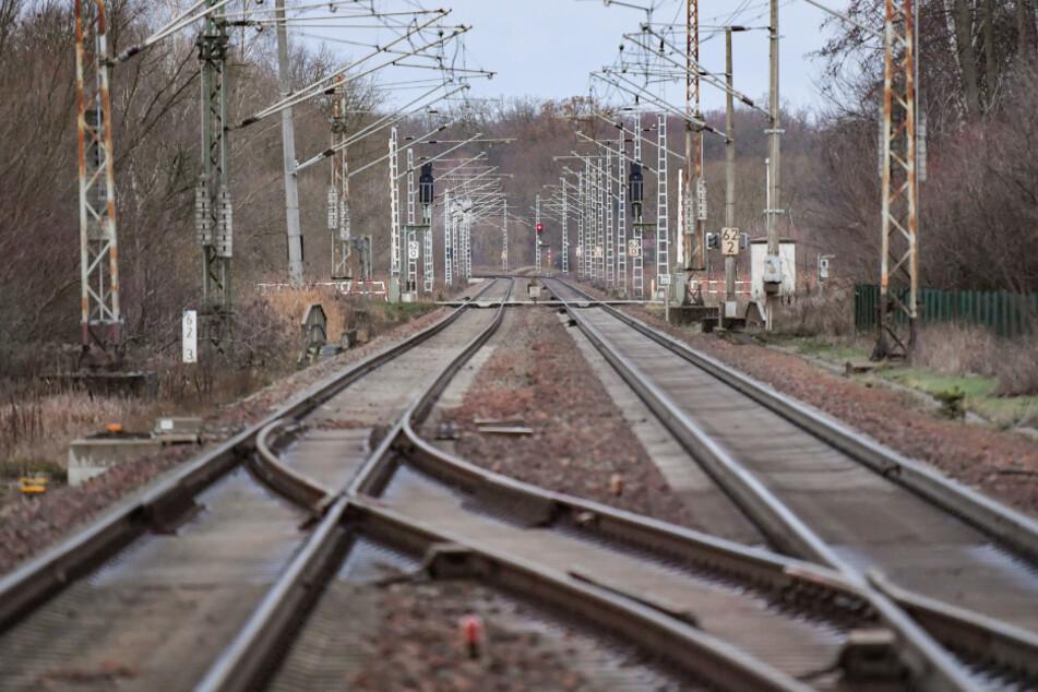 Nackter Mann auf den Gleisen: Bahnhof muss vorübergehend gesperrt werden