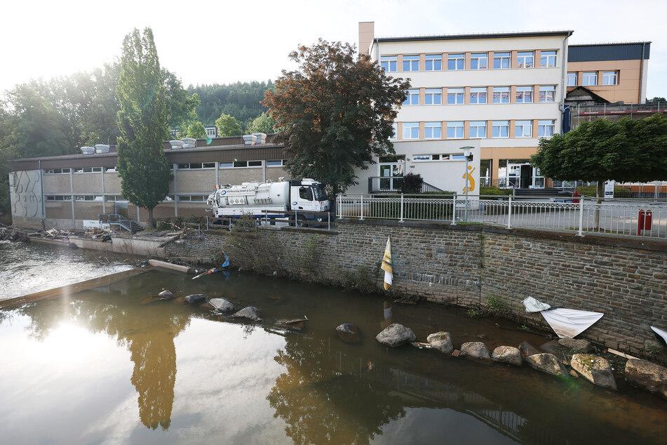 Blick auf das stark vom Hochwasser betroffene Johannes-Sturmius-Gymnasium im nordrhein-westfälischen Schleiden.