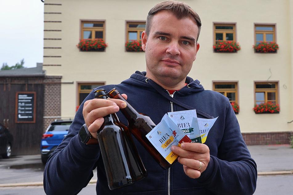 """Brauerei-Chef Michael Bergt (36) klebt für die Dauer der gerichtlichen Auseinandersetzung """"Prozess-Etiketten"""" auf seine Bierflaschen."""