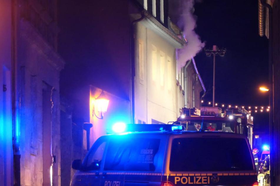 Leipzig: Feuerwehr und Polizei im Einsatz: Mehrfamilienhaus bei Leipzig brennt