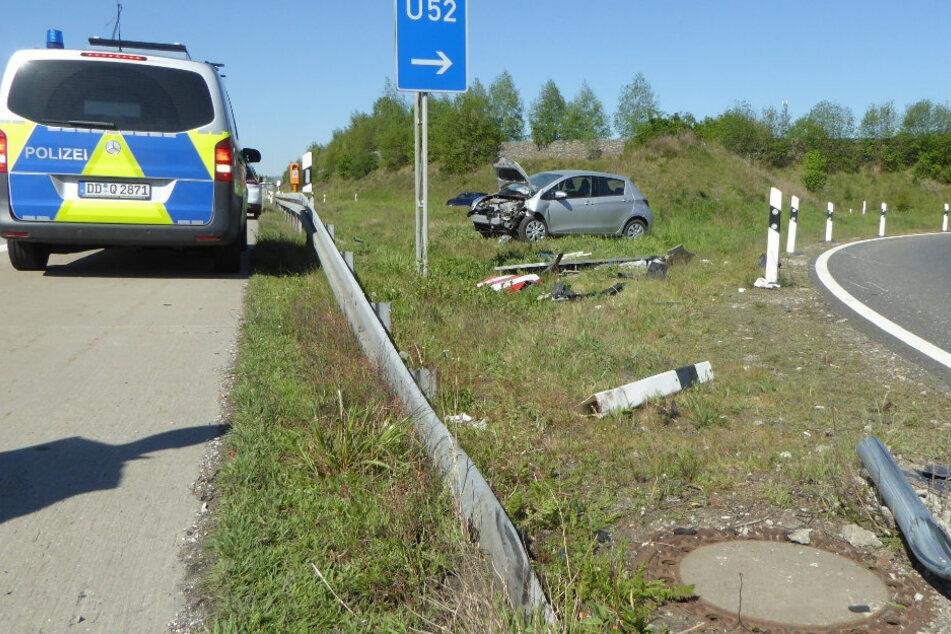 Unfall auf A4: Auto fährt über Leitplanke und kracht gegen Ausfahrtsschild