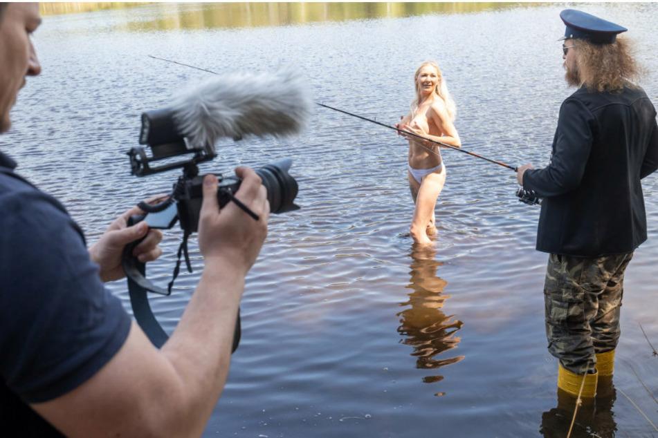 """Der Hauer"""" wirft für das Video zu """"Petri Heil"""" seine Rute nach Badenixe Sunny aus."""