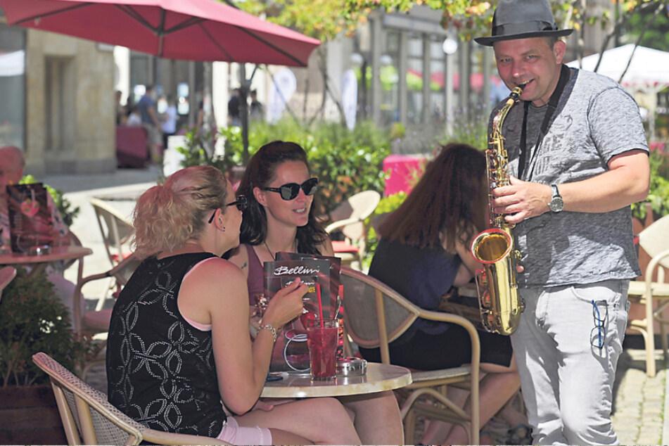"""Das ist mal Live-Musik: Michael Schreinert spielt bei """"City Jazz & Friends"""" Saxofon für die Café-Gäste."""