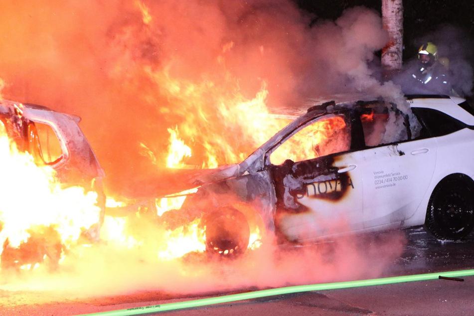 """Die Feuerwehr bei den Löscharbeiten. Ein Firmenwagen von """"Vonovia"""" wurde in Brand gesteckt und griff auf ein davor geparktes Auto über."""