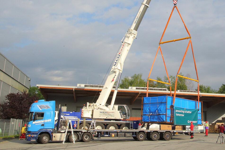 Schwerlasttransporter lieferten am Donnerstag die neuen Maschinen in Klotzsche ab.