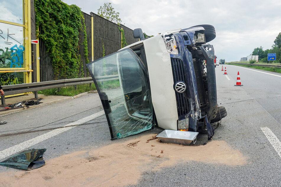 In diesen VW-Transporter krachte ein Lkw.