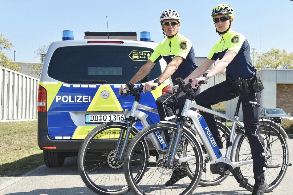 Kernig! Den Beamten Franzi Winter (25, l.) und Thomas Kiraly (45) von der Dresdner Radstaffel entkommt kein Pedal-Rowdy, sollte er die Flucht ergreifen wollen.