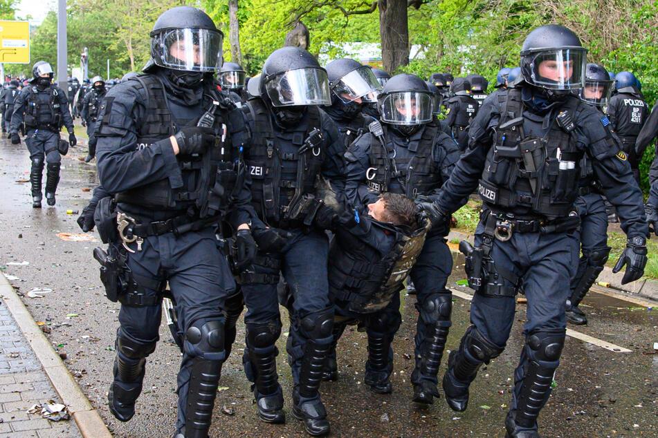 Polizisten trugen bei den Ausschreitungen manch einen verletzten Kollegen weg.