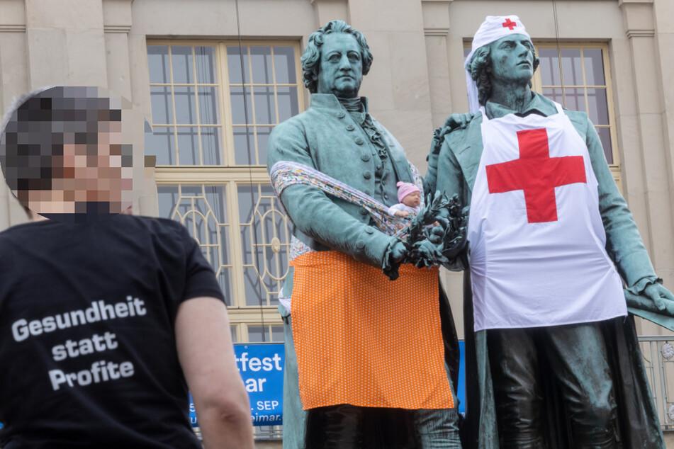 Mit der Verkleidung von Goethe und Schiller wollten die Linken auf den Pflegenotstand aufmerksam machen. Die Kleidung nahmen sie den Dichtern allerdings nicht wieder ab.