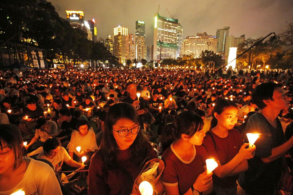 Tausende Demonstranten halten Kerzen in den Händen bei einer Gedenkveranstaltung am 30. Jahrestag des Tian'anmen-Massakers. (Archivbild)