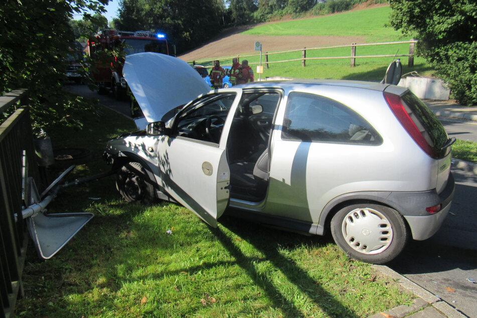 Der Opel Corsa der 71-Jährigen wurde bei dem Unfall erheblich demoliert und musste abgeschleppt werden.