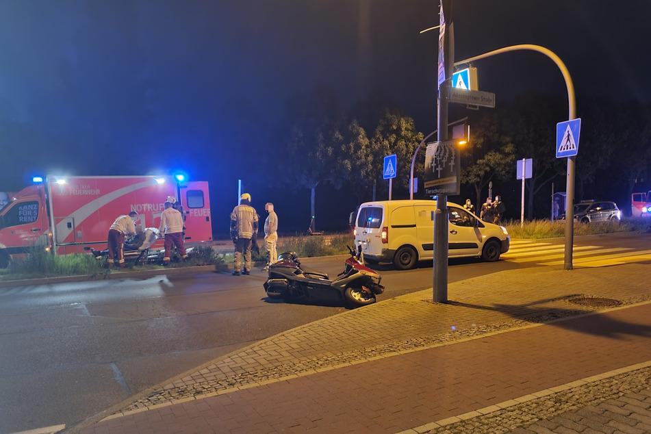 Kurz vor einem Zebrastreifen in Hellersdorf knallte es zwischen einem Roller und einem Auto.