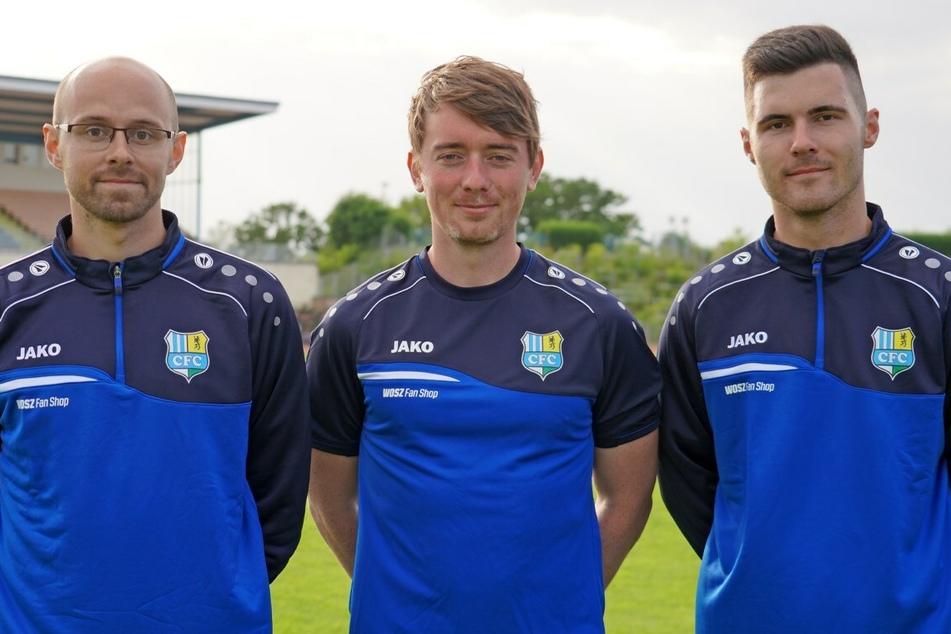 Jonas Stephan (Mitte) ist neuer Trainer der Himmelblauen A-Jugend. Im stehen Markus Seiler (links) und Paul Nürnberger als Assistenten zur Seite.
