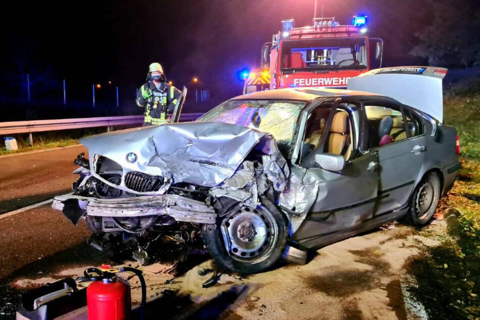 Auch der verunfallte BMW weist starke Schäden im Frontbereich der Fahrerseite auf.